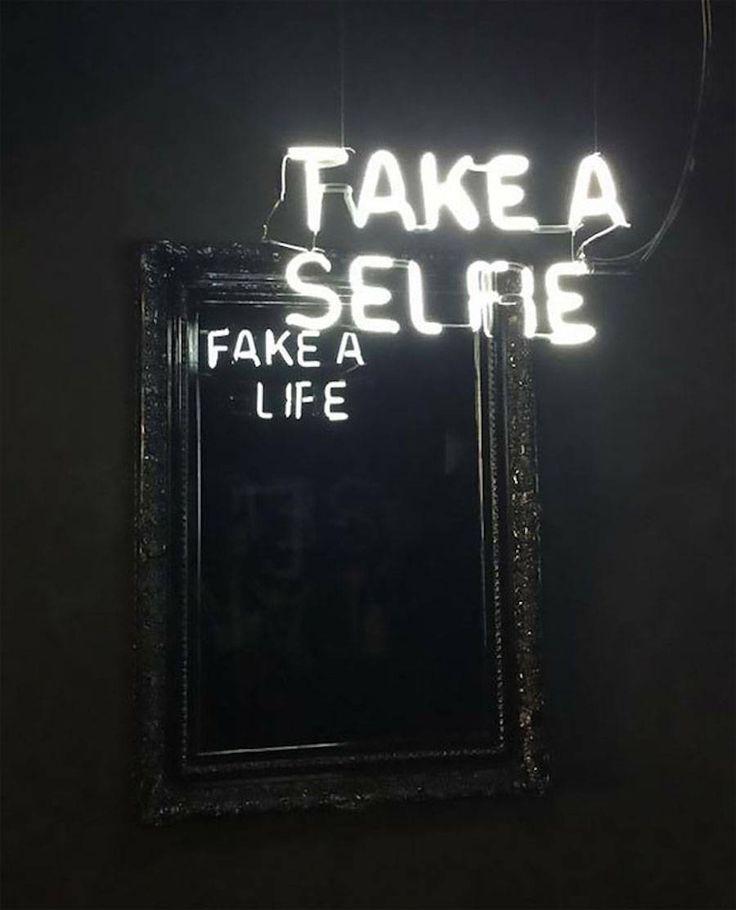 En alliant usage de miroirs et de néons, l'artiste colombien Camilo Matiz donne un double sens à ses oeuvres. Les messages formulés initialement avec d