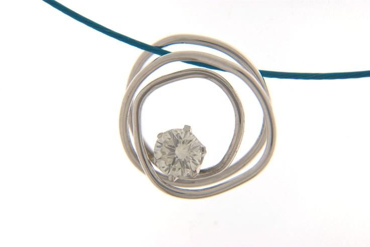 White gold pendant with diamond