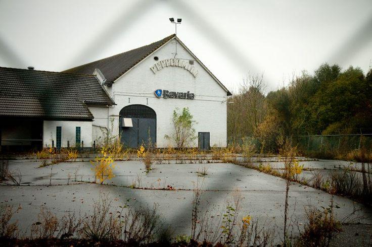 De natuur neemt het terrein weer terug. In de jaren '90 hing er onder het Peppermill-logo een Brand Bier-logo.
