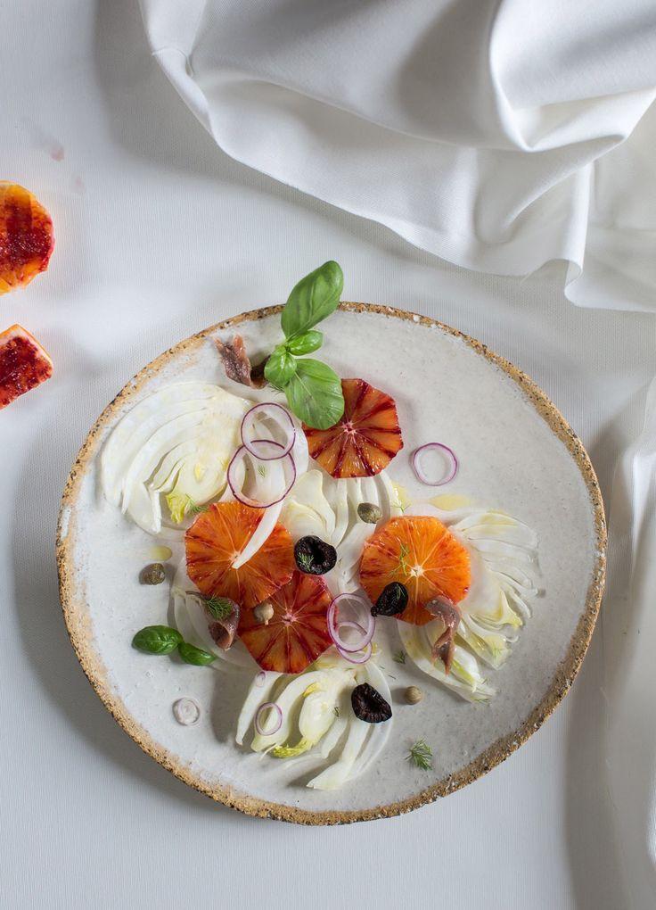 chef Piotr Bruś-Klepacki; stylist: Małgorzata Białobrzycka Photo: dinnershow.studio; sałatka z czerwonej pomarańczy z koprem włoskim z czarnymi oliwkami  z anchois