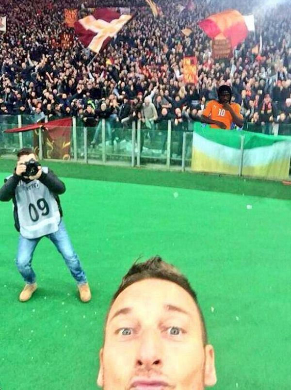 Gervinho przygląda się jak Francesco Totti robi sobie selfie • Iworyjczyk siedzi na trybunach • Wejdź i zobacz śmieszny mem Gervinho >> #memes #football #soccer #sports #pilkanozna #funny