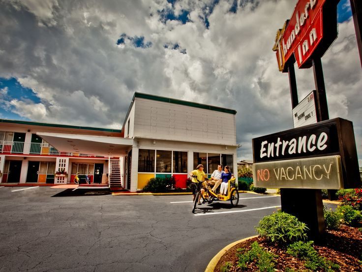 Located inhistoric downtown Savannah, theThunderbird Innis an eco-friendly motor lodge outfitted in southern-retro décor.