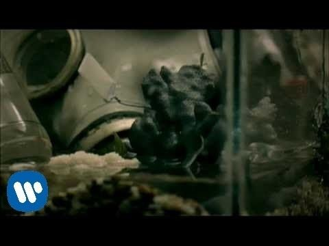 "Green Day - 21 Guns [Official Music Video]  ""21 Guns"" by Green Day from '21st Century Breakdown' available now. Directed by Marc Webb. Watch the best Green Day official videos here: http://www.youtube..."