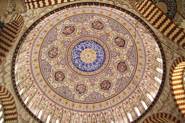 """Mimar Sinan, apelidado de """"O Grande Mestre"""", é um ícone da cultura turca e um dos maiores arquitectos da história islâmica. Durante o século XVI, foi responsável pela projecção de centenas de edifícios, sobretudo mesquitas. As suas obras, com esplêndidas cúpulas e esbeltos minaretes, definiram o estilo arquitectónico do Império Otomano e a própria imagem da fé muçulmana até aos dias de hoje. http://obviousmag.org/archives/2011/12/sinan_o_grande_arquitecto_do_islao.html"""
