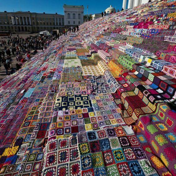 Extreme yarn bombing by Tina Hees • 18. Juli 2014 • 7800 Granny Squares-Decken auf der Treppe vor der Kathedrale in Helsinki – wie lange wohl alleine das Ausbreiten gedauert hat?