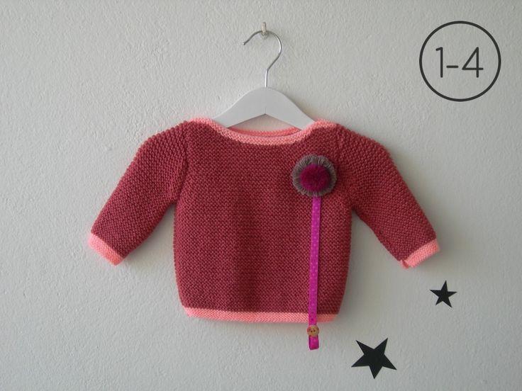 Jersey para bebe hecho a punto bobo en color melocotón con elástico, cuello y puños en color salmón. Sistema de cuelga – chupete mediante corchete.