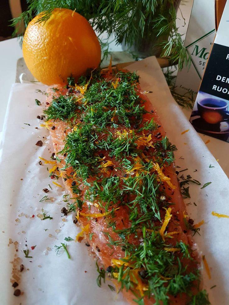Denne laksen er en skikkelig nydelig norsk variant av japansk sashimi. Sashimi er ganske enkelt rå skiver av laks. Det er egentlig Snikgjest sin egen gravlaks oppskrift med alle de gode og julete s…