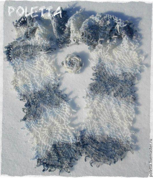 Узор шарфика- горизонтальные полосы разных оттенков пряжи.Тёмный серый,прозрачный голубой,белый,в сером есть немного розового оттенка.