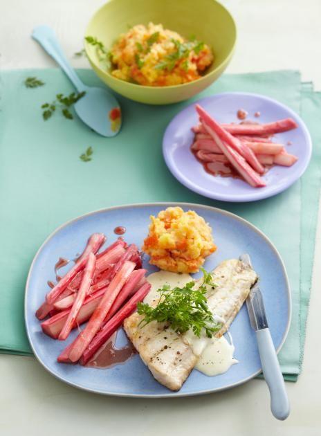 Der Zander wird mit Estragon-Sahnesauce, Rhabarber und Kartoffel-Möhrenstampf serviert.