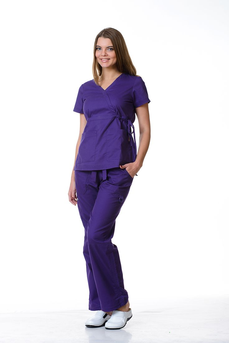 Блузка приталенного силуэта с V-горловиной и двумя накладными карманами.  #хиркостюм #медодежда #доктор #врач #хирург #больница #KOI