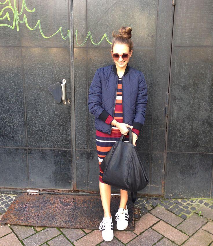 Outfit der Woche! geripptes Ringelkleid & gesteppter Bomber Blouson: Tom Tailor Denim – Tasche: Liebeskind – Sonnenbrille: Kerbholz #ootw #fashion
