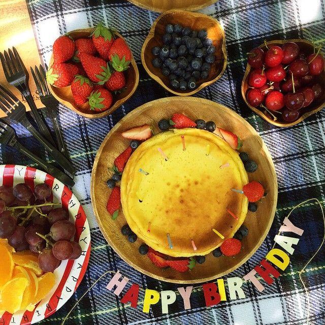 バースデーケーキ * 外だし…暑いし… ベイクドチーズケーキを焼きました * 飾り付けも簡単にイチゴとブルーベリー 長いローソクを沢山たてて❤️❤️…