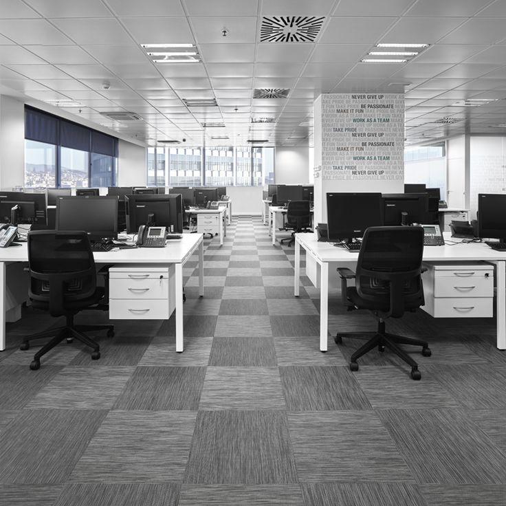Reforma de oficina en Barcelona - Michael Page. Nuevas oficinas de la empresa de recursos humanos Michael Page en la Torre Werfen (Hospitalet de Llobregat).  Una planta diáfana nos permite distribuir puestos de trabajo y divisorias de mampara según necesidades, dando máxima prioridad a la comodidad en los puestos de trabajo.