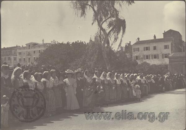 Χωρικές με την παραδοσιακή Κερκυραϊκή ενδυμασία έξω από τα ανάκτορα. Μάιος 1908. Προ των Ανακτόρων. ΤόποςΚέρκυρα Χρονολογία1908
