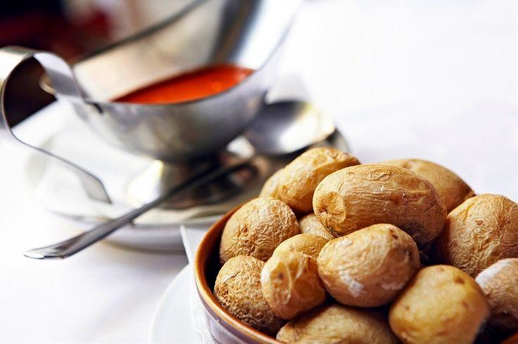 Kanariansaaret: Maista Kanarian lomalla maankuuluja ryppyperunoita. Kuorineen nautittava suolaperuna voidellaan mojo-kastikkeella, jossa on mm. valkosipulia ja  paprikaa tai korianteria.  Lähde herkuttelumatkalle: http://www.finnmatkat.fi/lomakohde/espanja/gran-canaria/?season=talvi-13-14 hashtag #Finnmatkat