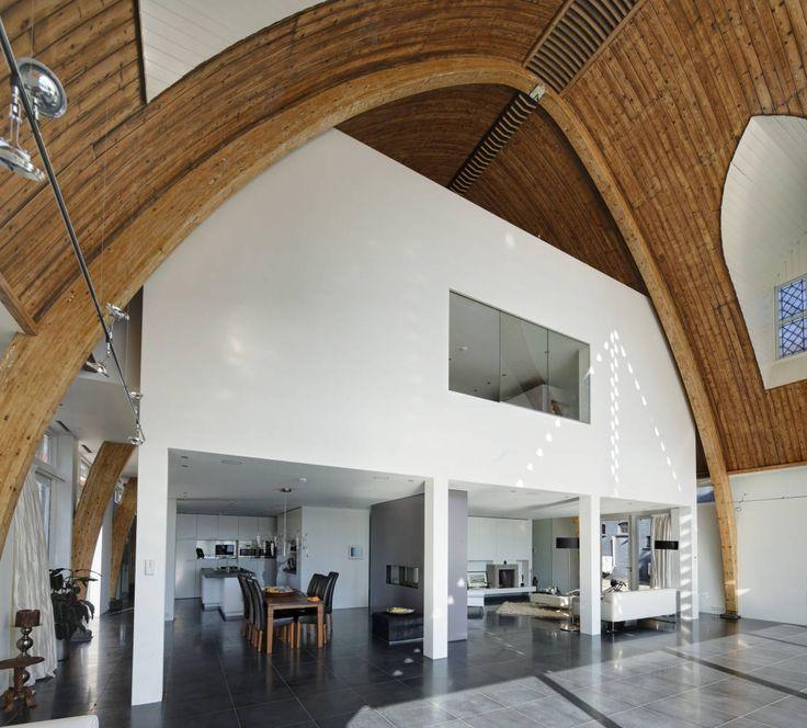 Huis in een kerk : Modern dining room by Ruud Visser Architecten