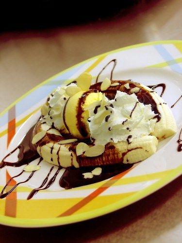 Карамелизованный банановый сплит с горячим шоколадным соусом