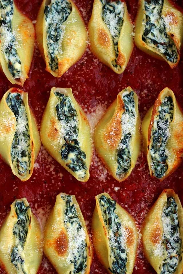 Super Easy 5 ingredient Stuffed Shells recipe with spinach and ricotta will take you no more than 30 minutes to make. Delicious, healthy, comforting and wholesome vegetarian pasta dinner your whole family will enjoy!