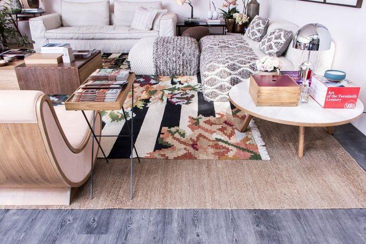 Espaço Deca, por Marina Linhares. O tapete que serve de moldura é um modelo neutro de fibras naturais. O de flores é o Kilim Karabagh, da by Kamy.