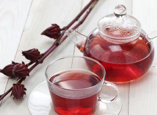 Chá de hibisco - receita ao final da matéria. 1 litro de água para 2 CS de hibisco; ferver a água, desligar, juntar as flores e abafar por 5 minutos. Coar.