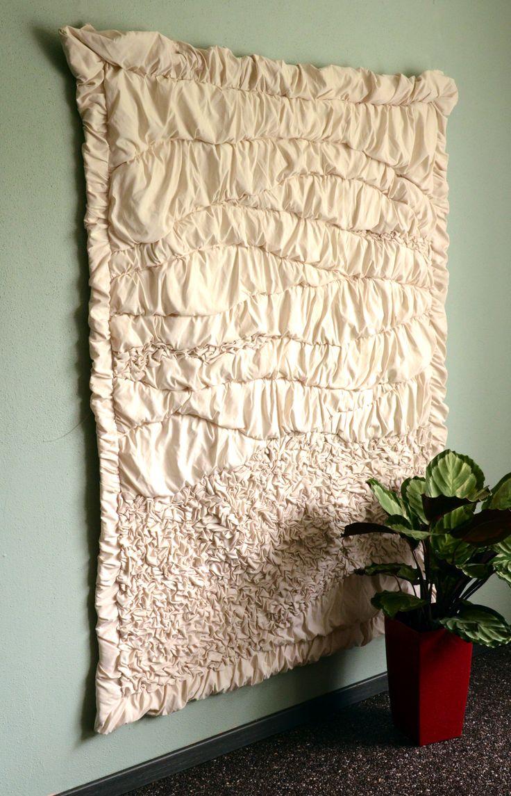 AtelierMD: Wandkleed Landschap  © 2002 Formaat: 200 cm bij 140 cm, 5 cm dik  De stof heeft een lichte glans en is gebroken wit.