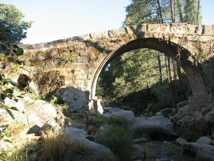 El Puente de La Perenal o Puente Nuevo, al Sur de Cuacos de Yuste. Bajo él la Garganta de Cascarones bastante perjudicada por la industria principal de Cuacos de Yuste, el Matadero de Pollos de Veravic.