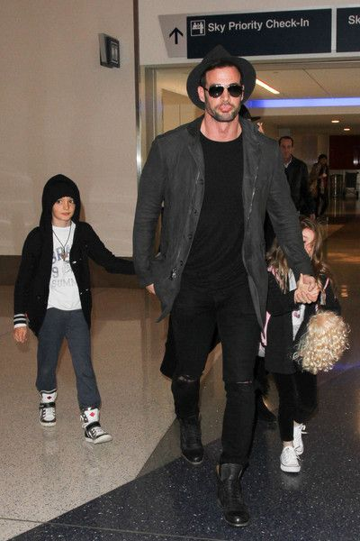 William Levy Photos - William Levy, Elizabeth Gutierrez, and family are seen at LAX on January 8, 2016. - William Levy and Elizabeth Gutierrez Arrive at LAX