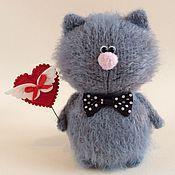 Купить или заказать Котофей  с мышкой. в интернет-магазине на Ярмарке Мастеров. Котофей связан из ниток мохера. В лапке он держит маленькую мышку. Мышка связана из ниток мохера. На шейке завязан хлопковый шарфик. Оригинальный подарок.