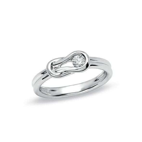 Anillo de compromiso con un original diseño donde la montura, fabricada en oro de primera ley, es la gran protagonista y hace que es anillo de pedida se diferencie de los solitarios más comunes aportando un toque de distinción a este diseño único. La montura de este anillo en forma de lazo rodeando al brillante, hace de esta joya un diseño único.
