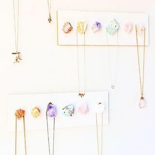 Haz un expositor para collares usando cristales. | 35 proyectos de DIY para que tu casa lo pete en Instagram