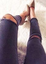 schwarze high waist Hose am Knie gerissen
