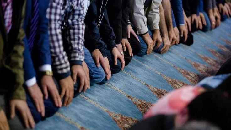 Pasca serangan teror Kanada masjid-masjid di Belanda dtutup saat shalat  DEN HAAG (Arrahmah.com) - Empat masjid besar di Belanda mengatakan pada Senin (30/1/2017) bahwa mereka akan menutup pintu masjid saat shalat setelah enam orang tewas dalam serangan brutal terhadap sebuah masjid di Kanada.  Sebagaimana dilansir Al Jazeera Selasa (31/1/2017) Masjid Biru di Amsterdam Masjid as-Sunnah di Den Haag Masjid As-Salam di Rotterdam dan Masjid Umar Al-Farouq di Utrecht mengatakan dalam sebuah…