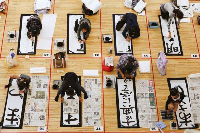 Più di tremila studenti da tutto il Giappone partecipano a una gara di calligrafia per celebrare il nuovo anno, a Tokyo. Sui fogli vengono scritti desideri e propositi. (Thomas Peter, Reuters/Contrasto)