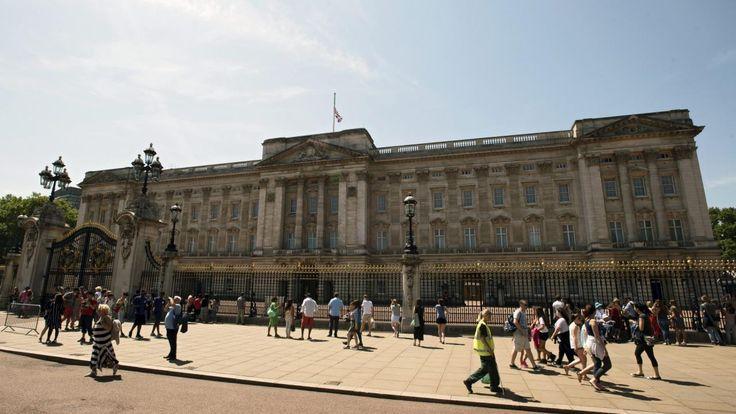Twee mannen van de actiegroep Fathers 4 Justice hebben zondag een aantal uren op het het dak van Buckingham Palace in Londen gestaan.  Deze actiegroep zet zich in voor de rechten van gescheiden vaders.
