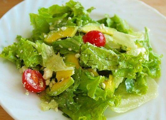 Рецепты Светланы Фус. Салат из авокадо  >Ингредиенты: Салатные листья — 30 г Редька дайкон — 30 г (редис), очищенные и порезанные соломкой Авокадо, нарезанный ломтиками – 40 г Морковь, очищенная и нарезанная соломкой – 30 г Зеленый горошек (замороженный — слегка отварить или залить кипятком) – 40 г Зерна кунжута -1чайная ложка  >Для заправки:  1 столовая ложка оливкового масла 1 чайная ложка сока лимона  >Энергетическая и пищевая ценность: Порция – 170 г Белки – 3.3 г Жиры – 7.7 г Углеводы…