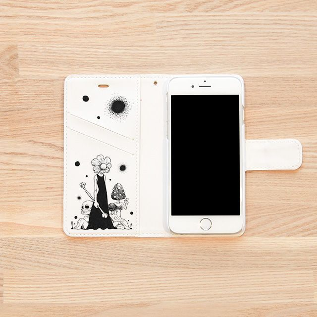 『Chaos/伊藤仁美 Itou Hitomi』(iPhoneケースINSIDE) 2013全日本アートサロン絵画大賞展入選、2014専門学生対象ジーンズメイトTシャツデザインコンテストロゴ部門入選。 ペンと鉛筆オンリーの緻細なモノクロ画により摩訶不思議な世界を描く女性イラストレーター『伊藤仁美』。iPhoneケース用に書き起こしたこの作品、「日々目にする物なので、見るたびに発見があるように様々なモチーフを描き込みました。」とのこと。