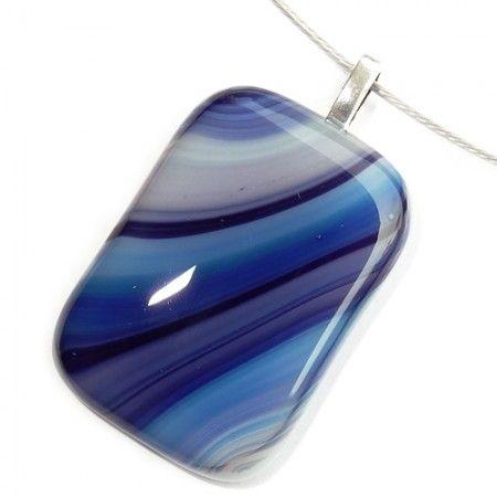 Handgemaakte blauwe glashanger met diverse tinten blauw. Unieke eenmalige hanger voor aan een ketting.