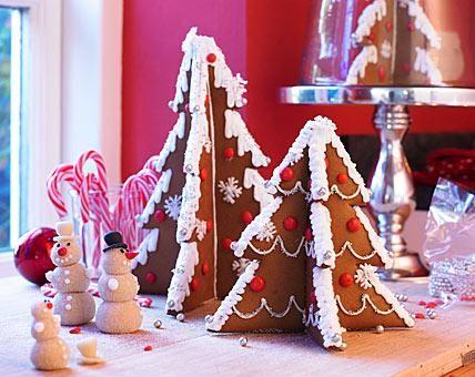 Zuckerbäckerin Christine Bergmayer hat diese zauberhaften Lebkuchenbäume exklusiv für LIVING AT HOME entworfen. Die Zutaten für drei Bäume: 60 g...