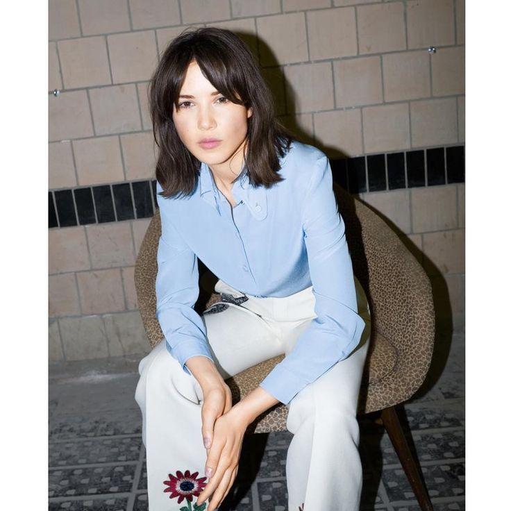 Очень красивая девушка рассказывает анекдот   ссылка в профиле   фотограф @alexeykiselef   рубашка и брюки @Gucci