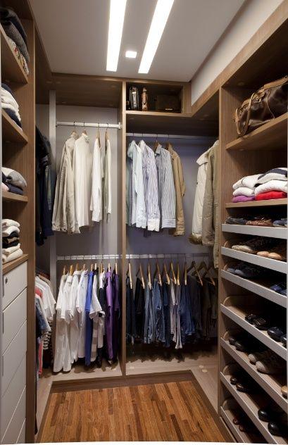 Sob medida, o armário projetado pelo arquiteto Marcelo Rosset foi produzido pela Kitchens para um closet de 9 m². Em MDF, o móvel é revestido por laminado melamínico nos padrões madeira (frente) e cinza (fundo) e possui ferragens da Blum. O organizador foi projetado para armazenar roupas e sapatos por tipologia e, nas prateleiras superiores, há espaço reservado para malas e pastas