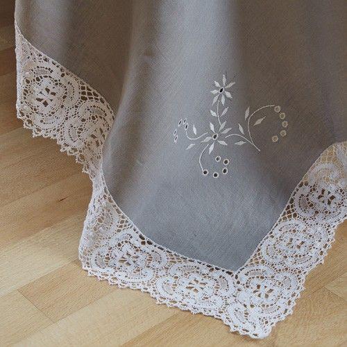 Mantelería bordada y con bolillo inglés. Para esta mantelería hemos elegido un lino 100% natural color gris, aunque como en todas nuestras piezas, el cliente puede elegir el color que desee, y si lo prefiere en hilo o lino.