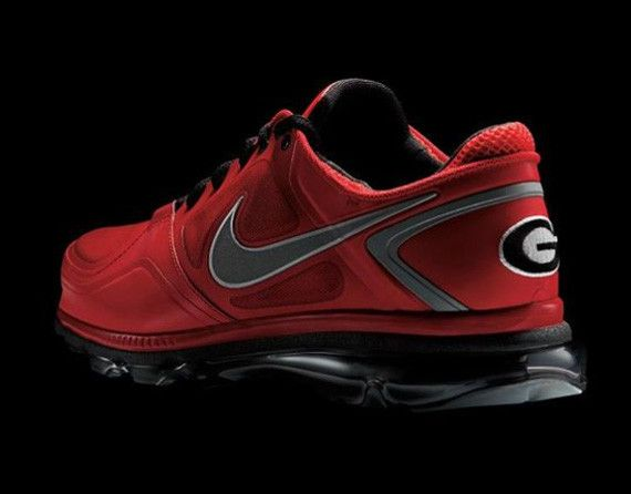 College Football season is just a week away and to 'kick' off the upcoming season of tailgating, kegstands, and general college fun-driven mayhem, Nike Football will release the Nike Trainer 1.3 Max Rivalry Pack, featuring the University of Oregon, University of Georgia, and Boise State). Here we have a look at the Georgia colorway, which …