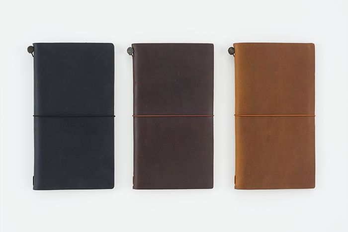 TRAVELER'S notebook has a leather cover that ages and becomes with use, and the simple notebook is easy to use. We hope it tempts you to go traveling having this notebook in your hand. 使い込むほどに味と風合いが高まる革素材のカバーと、書きやすさに徹したシンプルなノート。手にとって旅に出たくなる、そんなノートを目指しました。