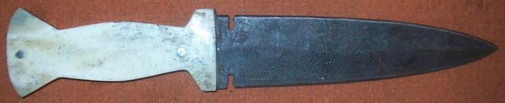 """""""Biberschwanzmesser""""  Nach Vorlage eines Originals um 1850.Griffschalen aus Bein, Vernietung mittels Eisenstiften. Klinge aus umgeschmiedeter Feile, die Oberfläche zeigt noch das Feilenprofil. Gesamtlänge ca. 30cm, Länge des Griffes ca. 12,5cm. Klingenstärke mittig ca. 5mm."""