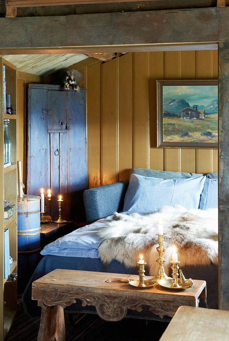 KLEVEN: Sovealkoven/stuen er på kun 9 kvadratmeter. Sovesofaen trekkes ut til dobbeltseng når venner er på besøk. Veggene i dette rommet har spesialhøvlet furupanel og er malt i gammeloker, linoljemaling.
