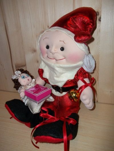 """Decorazione-Natalizia-fatta-a-mano. Babbo Natale tutto fatto a mano, nei dettagli, disegno mio. Alto cm. 46. Mani, piedi e volto Scolpito ad ago. Il piccolo Bimbo può stare in piedi o seduto, muove braccia e gambe, ha una tutina """"Pigiama"""" tutta in tessuto poliestere Jacquard ecru oro, Lurex oro broccato, rifinito con sbieco di raso. Piccole manine scolpite  ad ago. Visino dipinto. Questa Decorazione Natalizia fatta a mano è un PEZZO UNICO."""