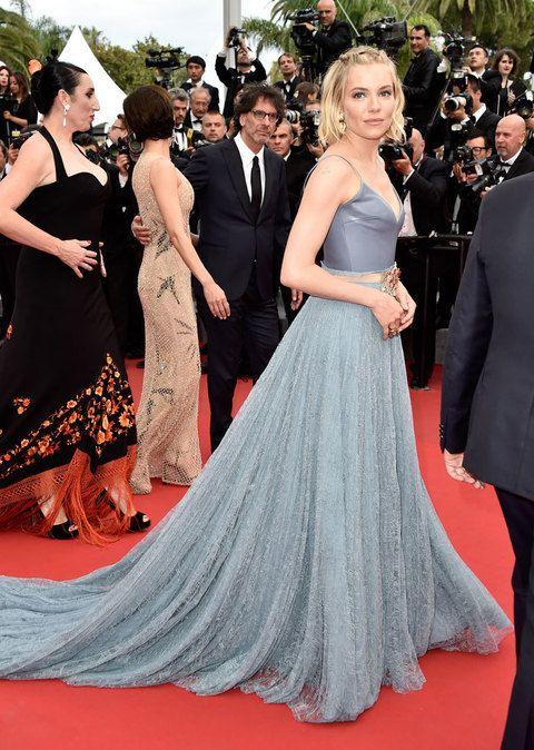 Escogió el azul para el último día del festival de Cannes. Un vestido de cuerpo satinado con tirantes finos y falda evasé vaporosa de Gucci es su elección.