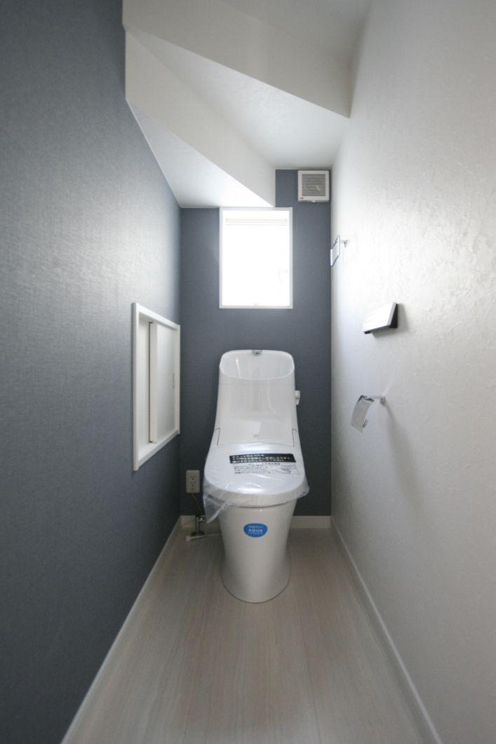隠れたスペースも無駄にせず実用的な 収納棚 を設け 広々と使える