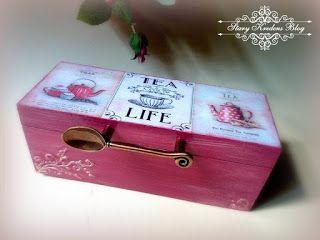 Herbaciarka w odcieniu różu , dzbanki , filiżanka i mosiężna łyżeczka - Decoupage.