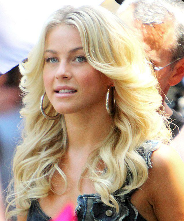 Famous Celebrity Hairstyles That Are Still Popular - http://www.hairstylemakeup.com/famous-celebrity-hairstyles-still-popular.php http://www.hairstylemakeup.com/wp-content/uploads/2014/06/farrah-fawcett-inspired-hair.jpg